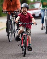 dạy một trẻ em đi xe đạp 1