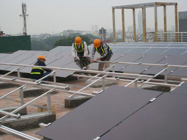 Nguồn năng lượng từ mặt trời qua những tấm pin năng lượng