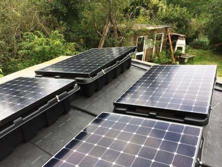 Tấm pin mặt trời trên mái nhà